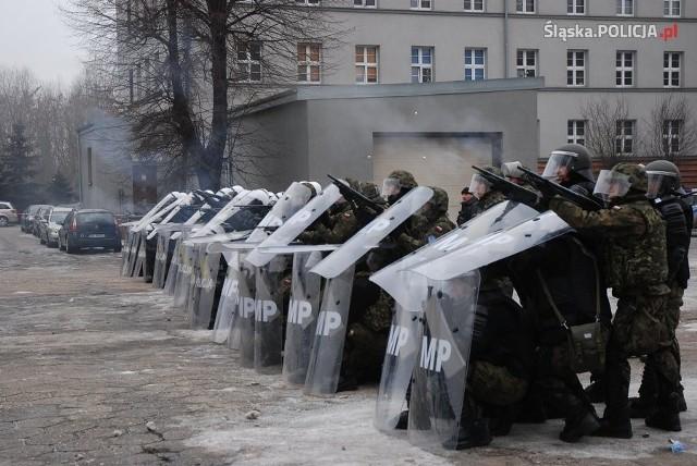 Policjanci z katowickiego oddziału prewencji oraz żołnierze z gliwickiego desantu odbyli wspólne szkolenie