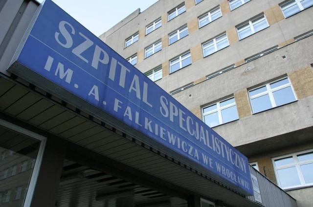 - Aby uzyskać zgodę na odwiedziny należy w pierwszej kolejności zwrócić się do z pisemnym wnioskiem do ordynatora i dyrektora ds. zdrowia - informuje rzecznik prasowy szpitala. im. Falkiewicza.