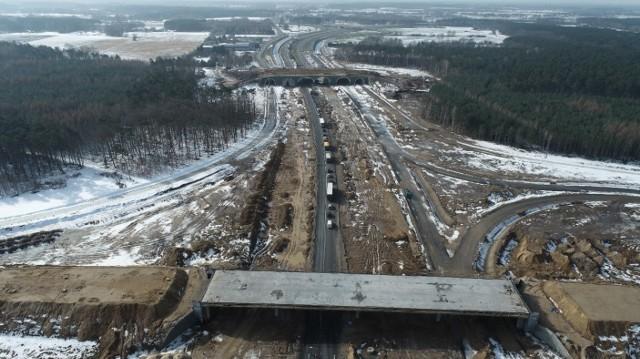 Po srogiej w tym roku zimie (zdjęcia z końca lutego) drogowcy wznowili prace na trzech ostatnich odcinkach drogi ekspresowej S5. Według planów prace mają się ostatecznie zakończyć w trzecim kwartale przyszłego roku.