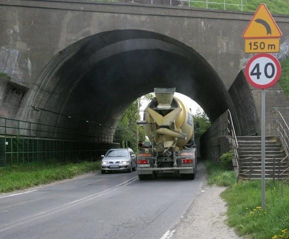 Ten wąski przejazd pod tunelem elektrowni można poszerzyć małymi pieniędzmi likwidując (widoczne po lewej stronie) stare niewykorzystywane tory.