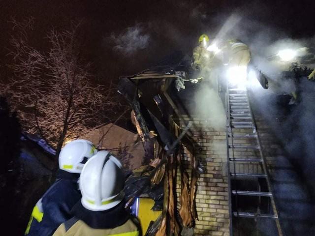Fasty. Pożar domu jednorodzinnego. Dach stanął w płomieniach. Strażacy uratowali mienie o wartości 700 tys zł