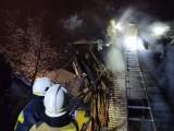 Fasty. Pożar domu jednorodzinnego. Dach stanął w płomieniach. Strażacy uratowali mienie o wartości 700 tys zł (zdjęcia)