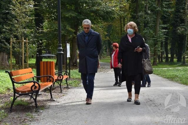 Park miejski w Sławie już po rewaloryzacji. Przedstawiciele urzędu miejskiego odebrali inwestycję.