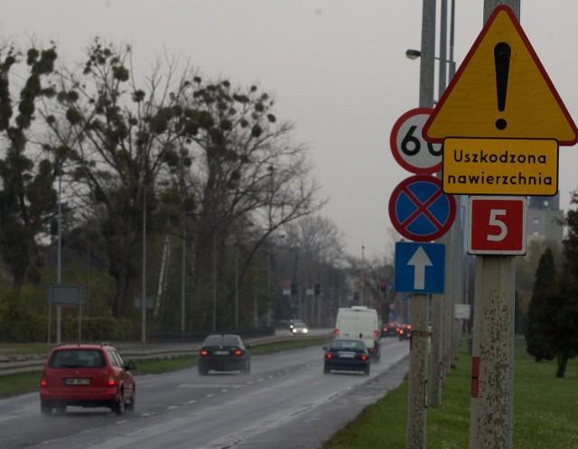 Wrocław, uszkodzona, pełna kolein ulica Karkonoska
