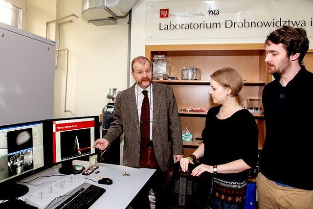 """Laboratorium """"Drobnowidztwa i Drobnodziejstwa"""" na Politechnice Wrocławskiej."""