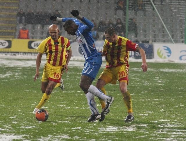 W Kielcach w meczu Korony z Lechem stoczonym w zimowej aurze padł remis 1:1. Lechita Manuel Arboleda (w środku) powstrzymuje atak kielczan - z lewej Ediego Andradiny i z prawej Macieja Korzyma.