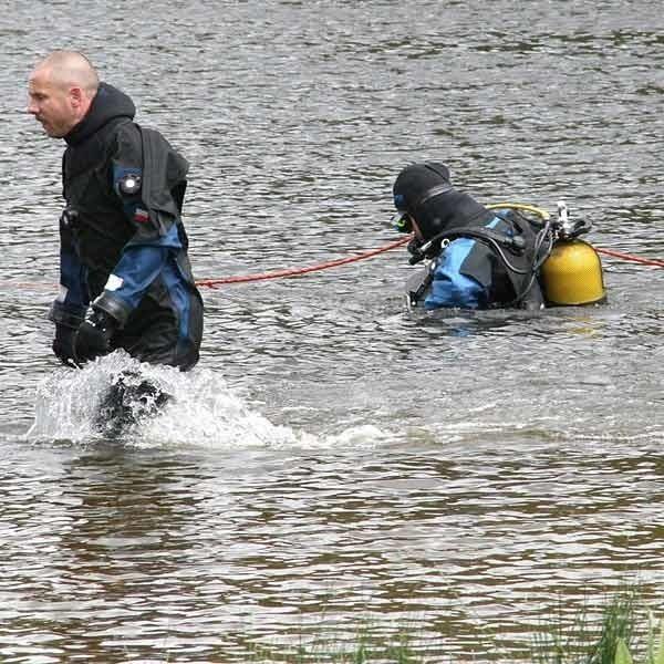 Nurkowie holują zwłoki 20-letniego mężczyzny, który utonął w stawie w Nowinach.