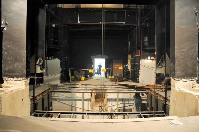 Trwa generalny remont dużej sceny.