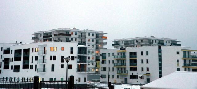Budynki mieszkalne w PolscePolskie mieszkania należą do najmniejszych w Europie. I nic nie wskazuje na to, by miało się to zmienić. Deweloperzy w związku z kryzysem budują coraz mniejsze lokale mieszkalne.