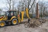 Pałac Lubostroń po nawałnicy: Teraz naprawiają drogę i alejki wokół dawnej posiadłości Skórzewskich