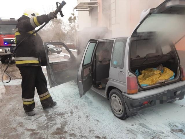 Auto zapaliło się na parkingu przy przychodni zdrowia w Koronowie