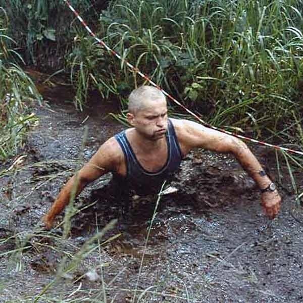 Dariusz Pasterczyk ma zamiłowanie do ekstremalnych wyczynów. W Biegu Katorżnika przeprawiał się 7 km przez bagna (na zdjęciu). W Biegu Rzeźnika z Komańczy do Ustrzyk Dolnych pokonał wzniesienia równe wspinaczce na Mont Everest. W Maratonie Komandosa biegł z 10-kilogramowym plecakiem.