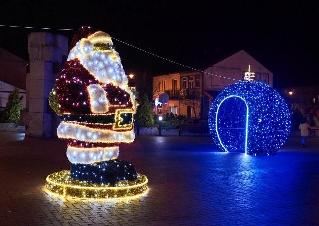 Świąteczne ozdoby już rozświetlają centrum Przysuchy.