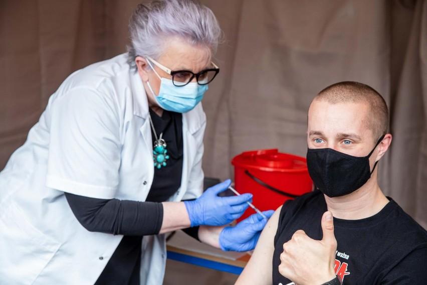 Masowy punkt szczepień przy ul KEN w Białymstoku (zdjęcie...