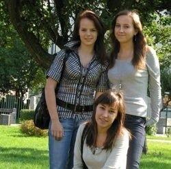 Katarzyna Kuliś (stoi pierwsza z lewej), Paulina Cyran i Małgorzata Laskowska (na dole) z klasy III F z II LO poważnie myślą o pracy z nieuleczalnie chorymi ludźmi