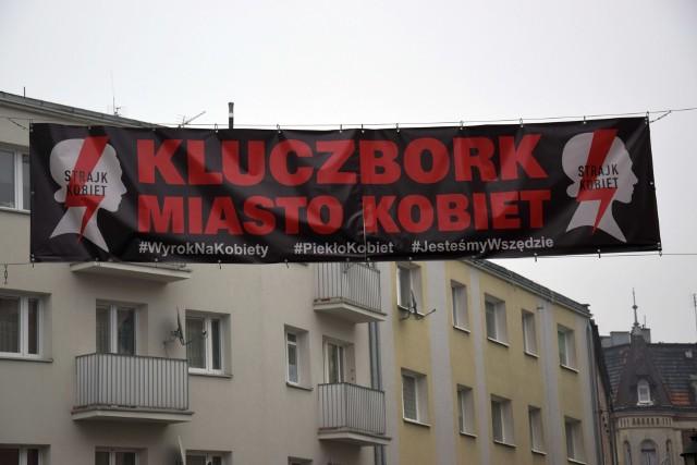 Strajk Kobiet w Kluczborku - baner nad ulicą Krakowską, czyli na miejskim deptaku.