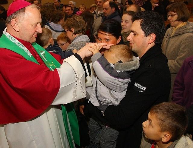 Biskup Paweł Stobrawa udzielił każdemu dziecku i jego rodzicom błogosławieństwa. - Dziękuję wam za to, że odkryliście swoje powołanie i stworzyliście dzieciom prawdziwe domy - mówił.