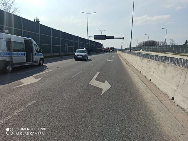 Do zderzenia czterech aut doszło o godz. 15 w piątek 30 kwietnia w rejonie skrzyżowania ul. Bartoszewskiego i ul. Ustronnej na Trasie Górna. Z ustaleń policji wynika, że wszystkie auta jechały w jednym kierunku. Nagle wpadły na siebie dwa pojazy: suzuki kierowane przez 31-latka oraz mercedes, którym kierował 23-latek. CZYTAJ DALEJ >>>>...