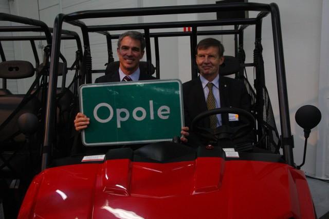 Opole dostało od Polarisa pojazd w prezencie, a prezes Polaris od prezydenta miasta tablicę z napisem Opole.