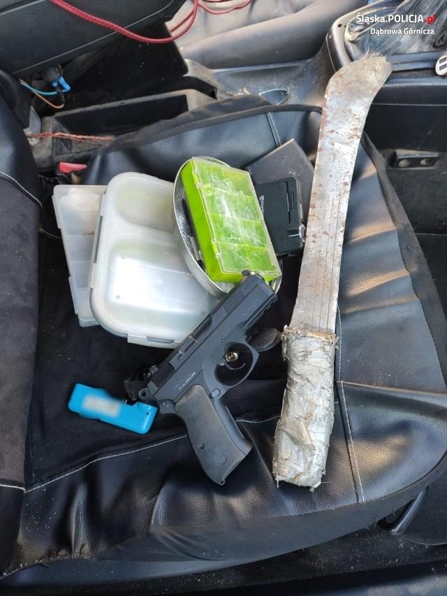 Narkotyki, maczeta i przedmiot przypominający broń. To wszystko policjanci znaleźli w wozie dąbrowianina Zobacz kolejne zdjęcia/plansze. Przesuwaj zdjęcia w prawo - naciśnij strzałkę lub przycisk NASTĘPNE