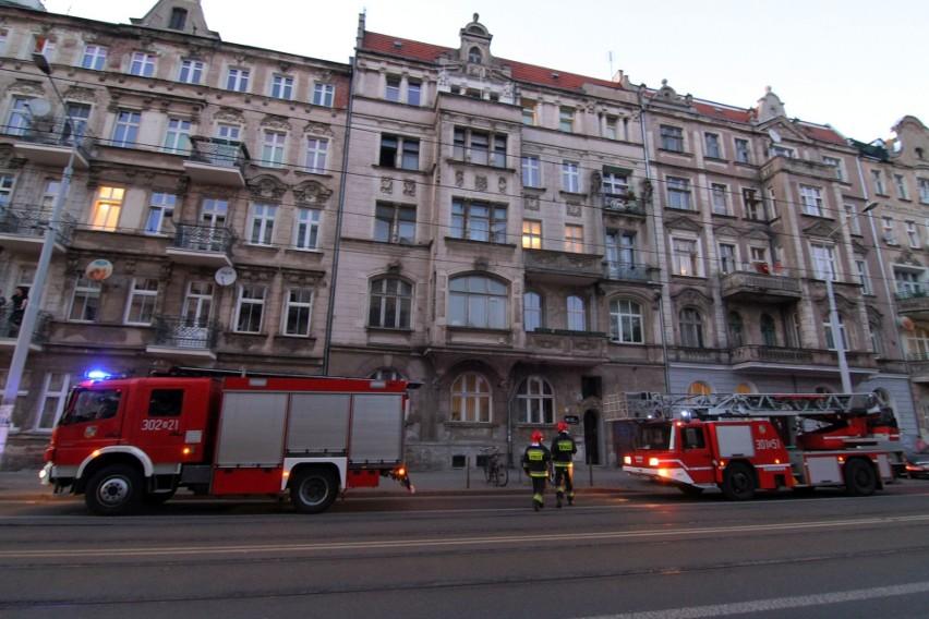 Interwencja straży pożarnej na Sienkiewicza. Mężczyzna siedział na balustradzie balkonu [ZDJĘCIA]