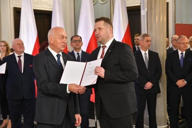 Przemysław Czarnek odbiera zaświadczenie o wyborze na posła