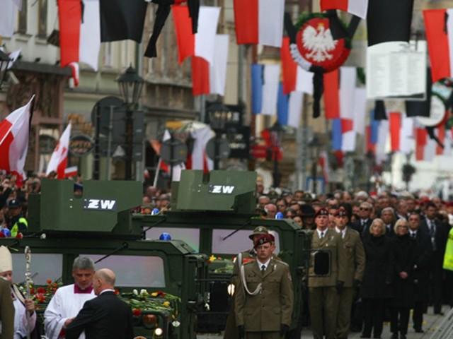 Uroczystości pogrzebowe w KrakowiePonad 90 tys. osób zebralo sie na krakowskim Rynku, okolicznych ulicach, na Bloniach i przy Sanktuarium w Lagiewnikach aby wziąc udzial w uroczystościach pogrzebowych pary prezydenckiej.