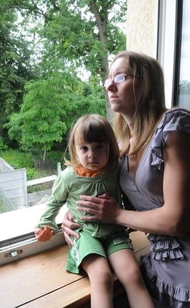 Przeciwko krematorium protestują Danuta Żegilewicz i Katarzyna Żegilewicz-Zawadzka - na zdjęciu z dwuipółletnią córeczką Julią. Za ich płotem ma wyrosnąć krematorium.