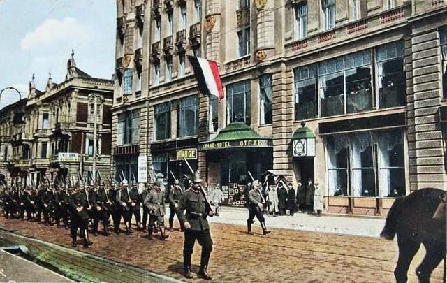 W listopadzie 1918 roku Polska odzyskała niepodległość, ale skończyła się też I wojna światowa. Była dla łodzian bardzo trudnym okresem. Panował głód, epidemie. Ludzie uciekali z miasta. Ale jeszcze wtedy nie przypuszczali, że jeszcze gorsze czasy nadejdą niemal 20 lat później. Jak wyglądało życie w Łodzi podczas I wojny światowej?CZYTAJ DALEJ>>>