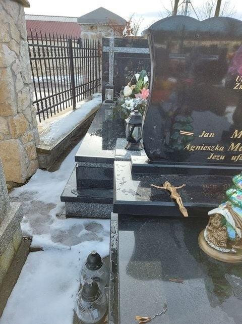 Zdewastowane groby na cmentarzu w Rybnej z powyrywanymi krzyżami z płyt nagrobnych i rozrzuconymi figurkami Chrystusa