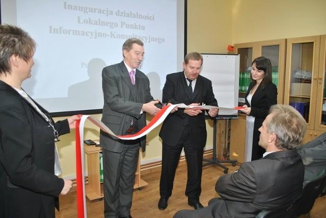 Oficjalnego otwarcia punktu dokonał Antoni Duda , dyrektor opolskiego Powiatowego Urzędu Pracy (po lewej) i Dionizy Duszyński, wójt Popielowa