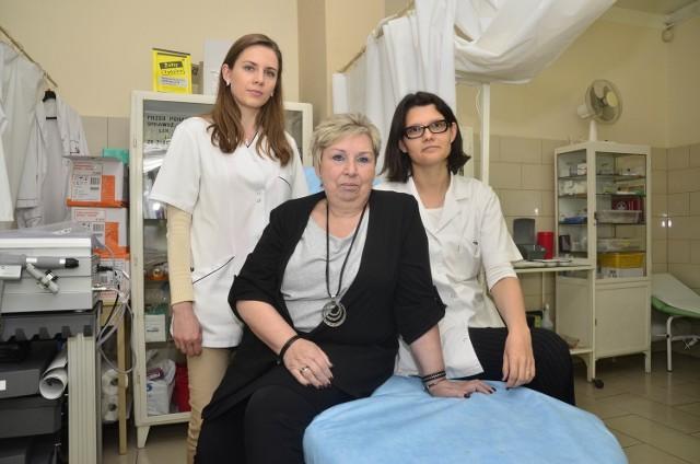 Barbara Rodziewicz pomaga wyspecjalizować się Magdalenie Szilke (z lewej) i Katarzynie Marciniak