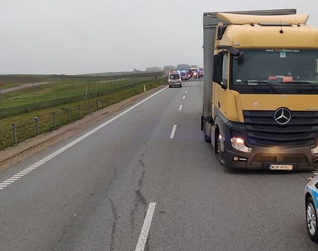 Wypadek w Janówce zablokował DK8. Trzy zastępy straży pojechały na miejsce.