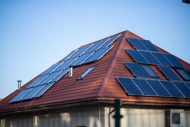 W Polsce najwięcej jest mikroinstalacji. To opłacalny sposób wykorzystania promieniowania słonecznego do produkcji energii elektrycznej w domu czy gospodarstwie rolnym