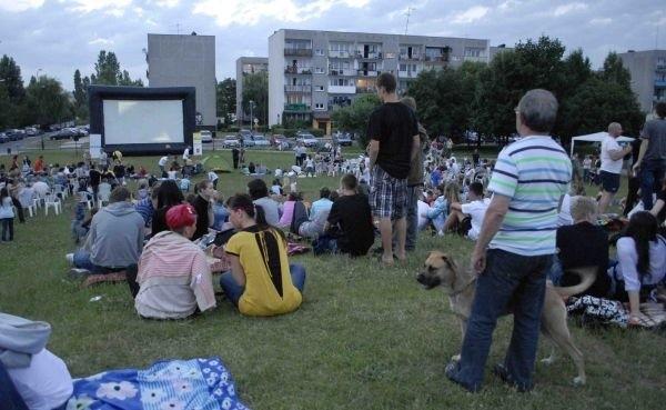 150 pokazów przez 12 tygodni to plany na tegoroczne projekcje filmowe na świeżym powietrzu. Filmy wyświetlane będą w całym mieście. Każdy znajdzie projekcję idealną dla siebie, bo łodzianie uwielbiają wieczorne seanse na świeżym powietrzu. Takie imprezy organizowane są już od 12 sezonów.Początkowo kinomanów można było spotkać głównie w parkach i miejskich skwerach. W tym roku jest to kilkanaście różnych lokalizacji. Będzie się zdarzało, że tego samego dnia są trzy, cztery różne projekcje. Dzięki temu lato w mieście zapowiada się wyjątkowo atrakcyjnie.Czytaj więcej na następnej stronie