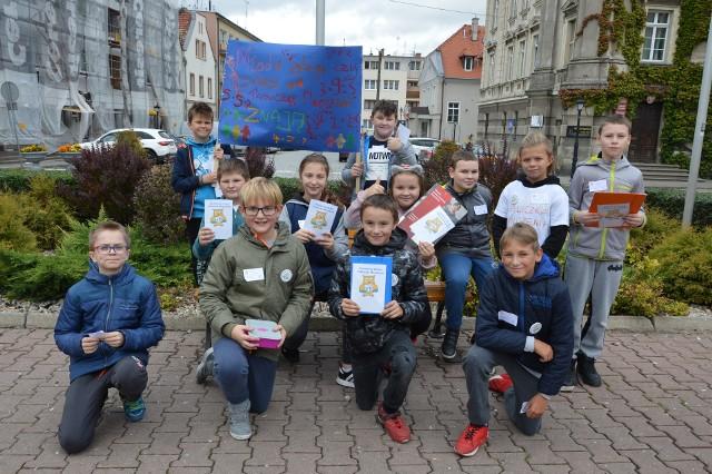 Uczniowie klasy 5 c Szkoły Podstawowej nr 1 w Szprotawie przepytali mieszkańców ze znajomości tabliczki mnożenia.