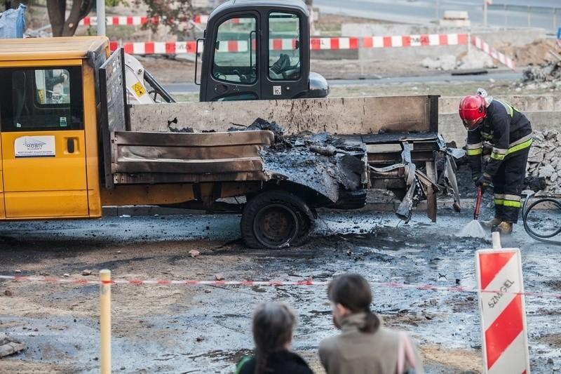Dostawczy samochód spłonął przy szpitalu im. WAM [FILM]