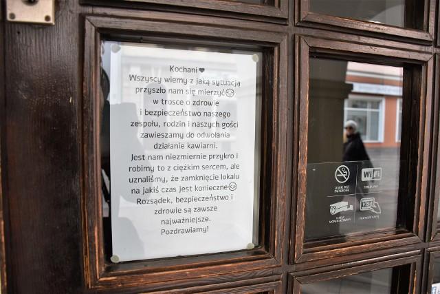 Koronawirus w Opolu. Zamknięte lokale gastronomiczne, na ulicach Opola jest znacznie mniej ludzi.