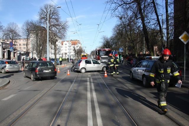 Do zderzenia auta osobowego i motocyklu doszło na skrzyżowaniu ulic Fortecznej i Legionów w Grudziądzu. 51-letni motocyklista z poważnymi obrażeniami ciała trafił do szpitala. Kierowcy obu pojazdów byli trzeźwi.