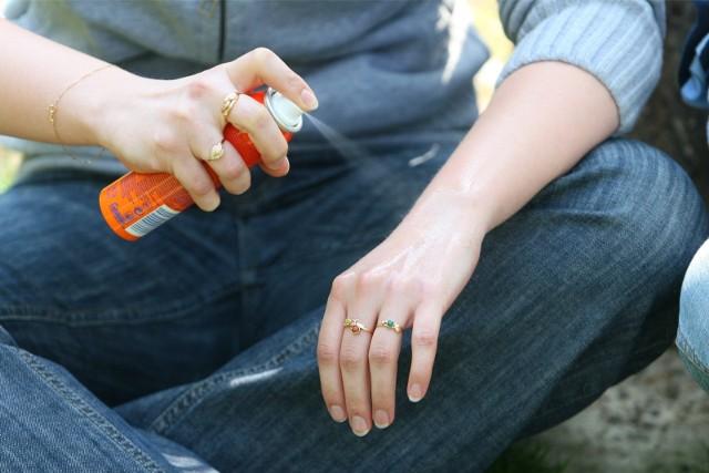 Domowe sposoby na kleszcze. Zbliża się kolejny sezon na kleszcze, które są nosicielami bardzo groźnych chorób, m.in. boreliozy, dlatego podczas rodzinnych spacerów w parku czy wycieczek po lesie należy skutecznie zniechęcać pajęczaka do kontaktu z nami. Zobaczcie jak to zrobić! WIĘCEJ NA KOLEJNYCH STRONACH>>>