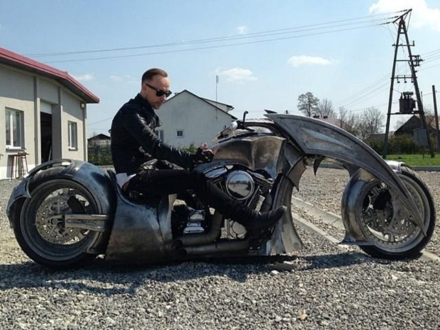 """Nergal testował swój nowy motocyklSzef firmy ujawnia również, iż maszyna będzie teraz całkowicie rozebrana i trafi do lakierni, gdzie nabierze ostatecznego wyglądu. """"Behemoth Bike"""" wyposażono w silnik RevTech 110"""", koło przednie 19"""", koło tylne 18"""" oraz zawieszenie pneumatyczne marki Legend (tył i przód). Tylna opona to model """"Monster"""" rozmiar 360 mm."""