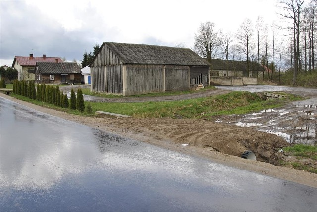 Aż 16 nowych zjazdów gospodarczych powstało wzdłuż dróg powiatowych Długobórz - Czartosy oraz Czartosy - Nowy Borek. Wszystko dzięki porozumieniu starostwa powiatowego w Zambrowie z gminą Zambrów. Władze podzieliły się po połowie kosztami tej inwestycji, która pochłonęła 29 tys. złotych. Prace polegały na odtwarzaniu zjazdów indywidualnych, które zdemontowano w 2016 roku, podczas prowadzenia prac przebudowy dwóch dróg powiatowych.