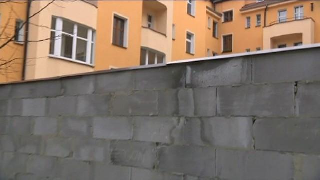 Dwumetrowy mur na osiedlu. Samochody mieszkańców uwięzione na podwórku (WIDEO)Miał być remont, a postawili dwumetrowy mur na osiedlu (WIDEO)