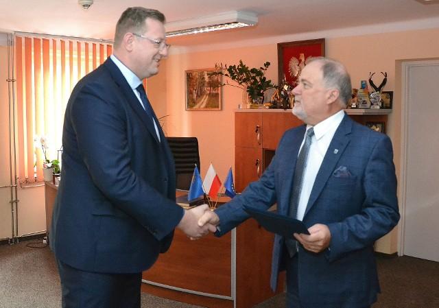 Robert Grzyb (z lewej) otrzymuje od starosty Janusza Zarzecznego nominację na dyrektora Medycznej Szkoły Policealnej