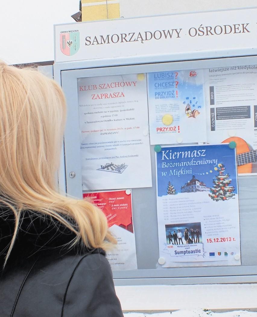 Plakaty w Miękini zapraszały na kiermasz i po darmowe choinki