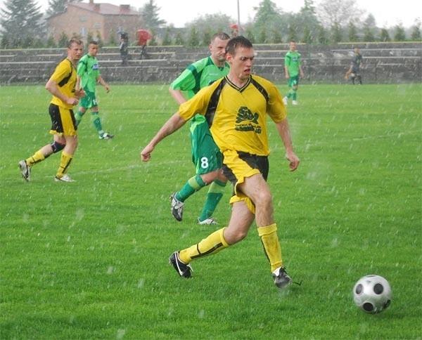 Mrowla (żółte koszulki) dobrze radziła sobie na stadionie w Przybyszówce. Szyki obu drużynom pokrzyżowała burza.