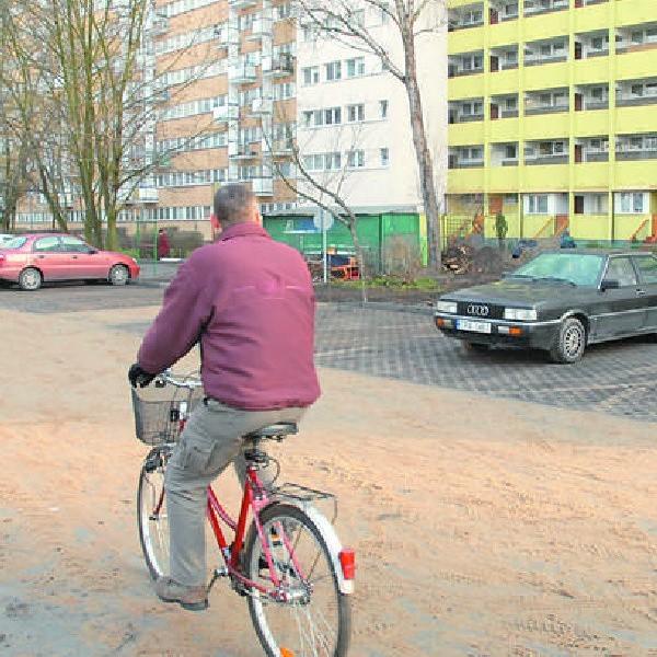Rano auta na parkingu stawały nieśmiało, ale 36 przygotowanych miejsc to na pewno nie jest za wiele na taki budynek