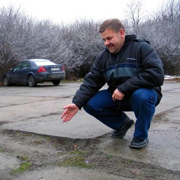 - Upadek na tej dziurze i uszkodzenie nogi wywróciło moje...