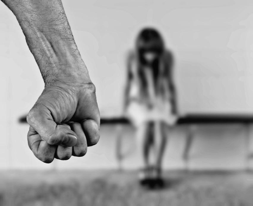 """Sąd Okręgowy, skazując go za gwałt, stwierdził, że dziewczyna odpychała go i próbowała się odsuwać. Płakała i mówiła """"nie chcę tego"""". On nie zważając na to, dokończył stosunek. Zdjęcie ilustracyjne"""