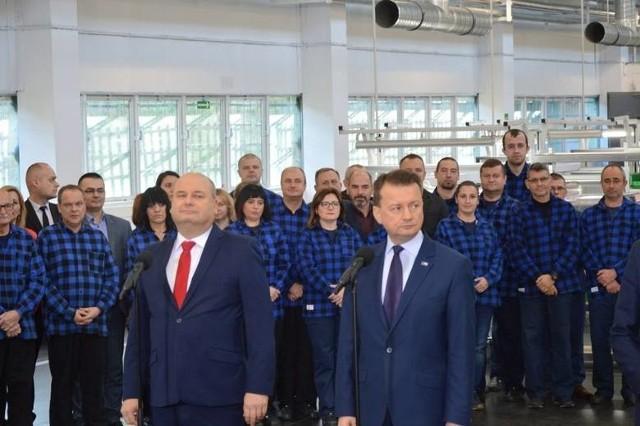 Odwołany właśnie z funkcji Witold Słowik w towarzystwie ministra obrony narodowej Mariusza Błaszczaka podczas spotkania w Skarżysku Kamiennej, kiedy to ogłoszono wielomilionowe inwestycje w pionkowskim zakładzie spółki Mesko.